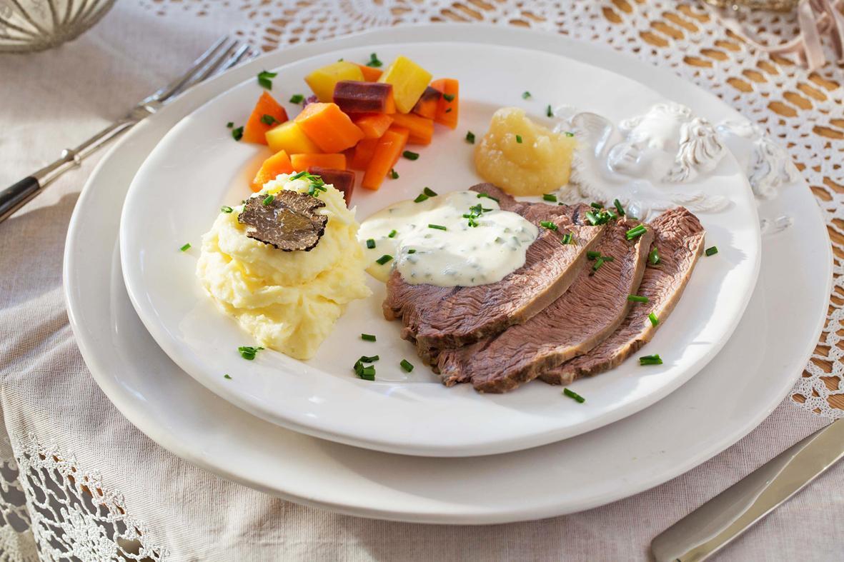Rezept: Tafelspitz mit farbigen Rüebli, Kartoffel-Pastinaken-Püree, Schnittlauchsauce und Apfelkren | NZZ Bellevue