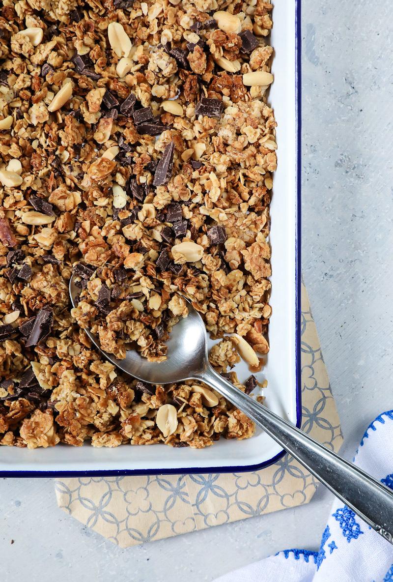 Ein Rezept für selbstgemachtes Schokoladen-Erdnuss-Granola / Müsli ganz einfach selber machen | Zucker, Zimt und Liebe