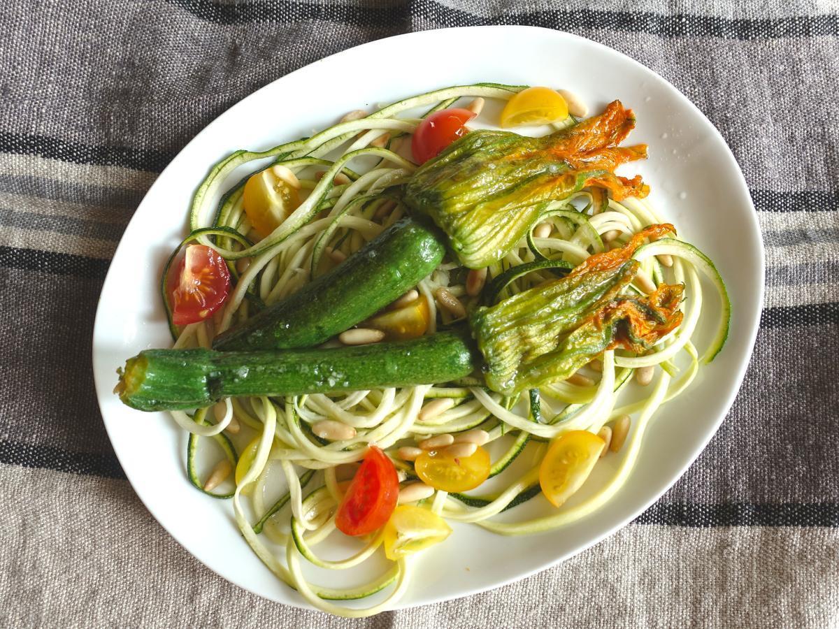 Rezepte: Zoodles mit frittierten Blüten | NZZ Bellevue