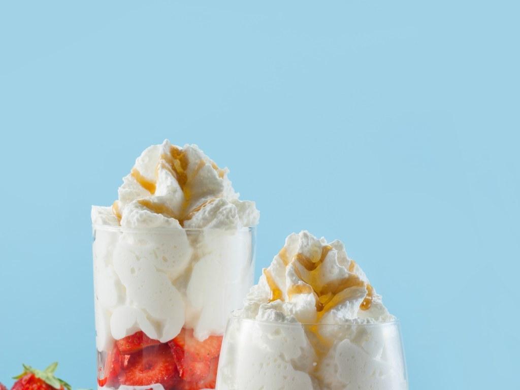 Chantilly siphon sur lit de framboises - Dessert minute